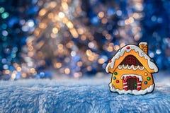 Het kleine decoratieve huis, die peperkoek op mooi simuleren gaat Royalty-vrije Stock Foto's