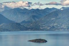 Het kleine die eiland door reuzen wordt omringd stock afbeeldingen