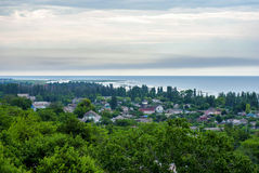 Het kleine dorp op de kust Stock Afbeeldingen