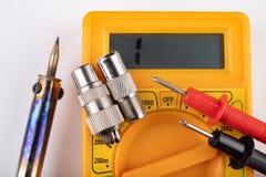 Het kleine elektrowerk in huisworkshops Schakelaars voor de installaties van huistv stock foto's