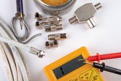 Het kleine elektrowerk in huisworkshops Schakelaars voor de installaties van huistv stock afbeeldingen