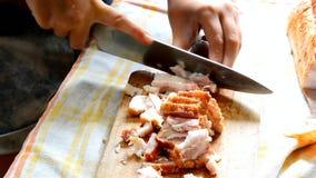 Het kleine Engelse bacon van schoolmeisjecuttin op houten ferula met groot keukenmes stock videobeelden