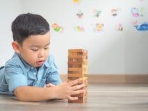 Het kleine jong geitje spelen met houten blokken stock foto's