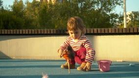 Het kleine jong geitje spelen op de speelplaats stock videobeelden