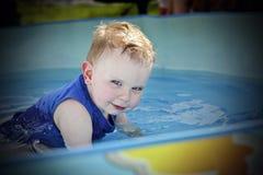 Het kleine jongen spelen Royalty-vrije Stock Foto's