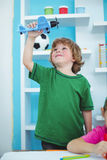 Het kleine jongen spelen met een stuk speelgoed vliegtuig Stock Afbeeldingen