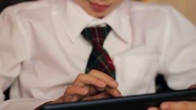 Het kleine jongensclose-up van een schooljongen in een wit stock videobeelden