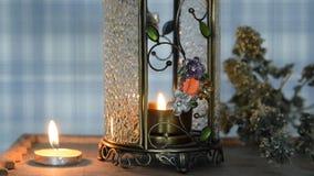 Het kleine kaars branden in bemerkte lamp, mooie achtergrond voor Kerstmis, ontspanning, stock footage