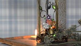 Het kleine kaars branden in bemerkte lamp, mooie achtergrond voor Kerstmis, ontspanning, stock videobeelden