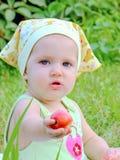 Het kleine kind bij een picknick Royalty-vrije Stock Foto's