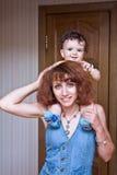 Het kleine kind en de vrouw Royalty-vrije Stock Afbeelding