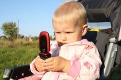 Het kleine kind met telefoon. stock afbeelding