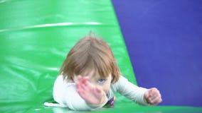 Het kleine kind rekt zich naar omhoog uit stock videobeelden