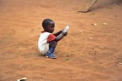 Het kleine kind spelen Stock Afbeeldingen