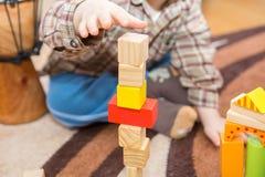 Het kleine kind spelen met houten blokken Royalty-vrije Stock Foto's