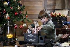 Het kleine kind spelen met speelgoed met Kerstmisdecoratie Royalty-vrije Stock Fotografie