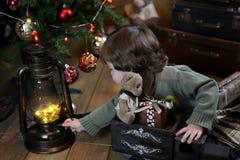 Het kleine kind spelen met speelgoed met Kerstmisdecoratie Stock Afbeelding