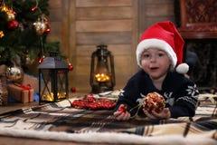 Het kleine kind spelen met speelgoed met Kerstmisdecoratie Royalty-vrije Stock Foto