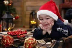 Het kleine kind spelen met speelgoed met Kerstmisdecoratie Stock Foto