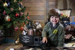 Het kleine kind spelen met speelgoed met Kerstmisdecoratie Stock Fotografie