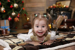 Het kleine kind spelen met speelgoed met Kerstmisdecoratie Royalty-vrije Stock Afbeelding