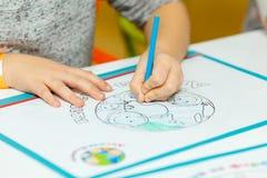 Het kleine kind trekt met kleurpotloden Stock Foto