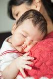 Het kleine kindmeisje omhelste moeder en slaap op een schouder Royalty-vrije Stock Afbeeldingen