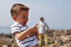Het kleine leuke jongen openlucht spelen royalty-vrije stock afbeeldingen