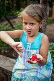 Het kleine leuke landelijke meisje doesn ` t werkelijk als friemelt spinner stock foto