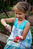 Het kleine leuke landelijke meisje doesn ` t werkelijk als friemelt spinner royalty-vrije stock foto