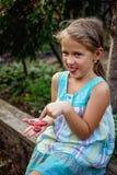 Het kleine leuke landelijke meisje doesn ` t werkelijk als friemelt spinner royalty-vrije stock foto's