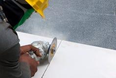 Het kleine malende hulpmiddel van het arbeidersgebruik om houten bouw te snijden Stock Foto