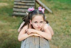 Het kleine meisje maakt grimassen op de speelplaats Royalty-vrije Stock Fotografie