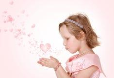 Het kleine meisje met harten Stock Afbeelding