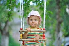 Het kleine meisje openlucht spelen Stock Afbeeldingen