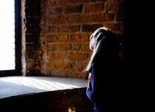 Het kleine meisje sloot haar ogen van een heldere zonnige straal royalty-vrije stock foto's