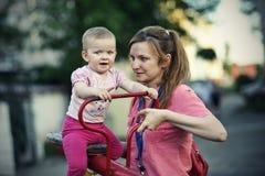 Het kleine meisje spelen met haar moeder Royalty-vrije Stock Afbeeldingen