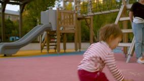 Het kleine meisje spelen op de houten schommeling stock video