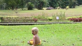 Het kleine Meisje van de Blondebaby in het Park stock footage