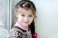 Het kleine meisje van de schoonheid met lange donkere vlecht Stock Afbeeldingen