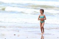 Het kleine mooie meisje in een turkoois badpak Stock Afbeeldingen