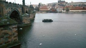 Het kleine schip gaat onderaan de rivier Vltava stock videobeelden
