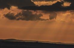Het kleine silhouet van een kerk van het land backgrounded tegen sinaasappel Royalty-vrije Stock Fotografie