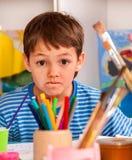 Het kleine studentenjongen schilderen in kunstacademieklasse Stock Fotografie