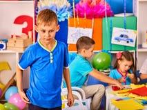 Het kleine studentenjongen schilderen in kunstacademieklasse Royalty-vrije Stock Fotografie