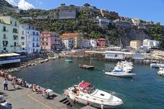 Het kleine toevluchtsoord met vissersboten en colorfull huizen wordt gevestigd via del Mare in Sorrento Stock Afbeeldingen