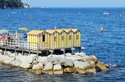 Het kleine toevluchtsoord met vissersboten en colorfull huizen wordt gevestigd via del Mare in Sorrento Stock Foto