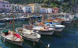 Het kleine toevluchtsoord met vissersboten en colorfull huizen wordt gevestigd via del Mare in Sorrento Stock Foto's