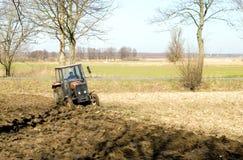 Het kleine tractor ploegen. stock foto's