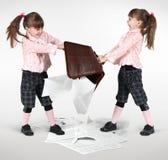 Het kleine tweelingmeisjes vechten Stock Foto's